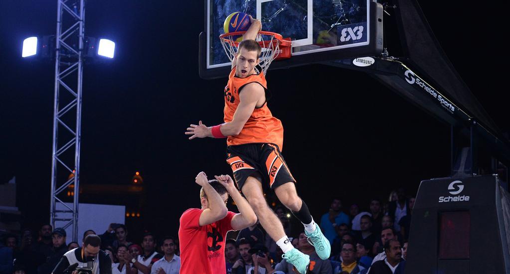 Jordan Kilganon does the Scorpion Dunk at FIBA 3×3 All-Stars Dunk Contest