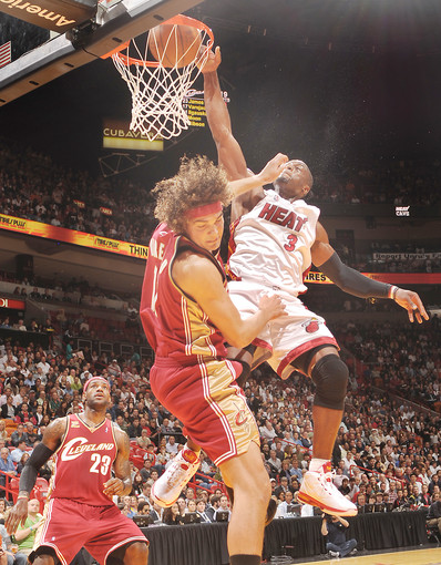 Wade-Dunks-on-Varejao