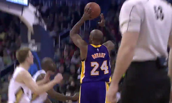 Kobe Bryant injures shoulder, decides to play with just his left hand vs the Pelicans