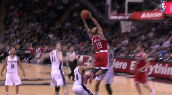 Jerryd Bayless almost dunked on Duncan on this alley-oop