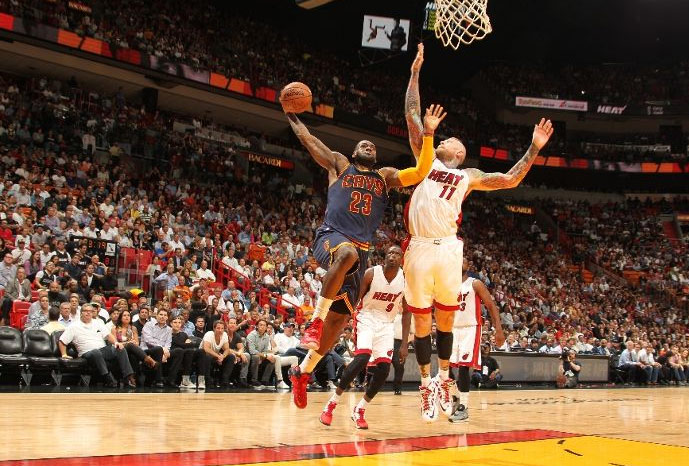 lebron james dunks on the birdman scores 14 of 26 in 4th quarter
