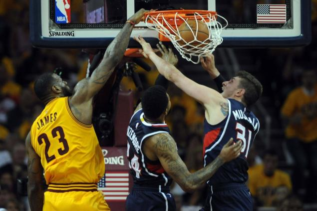 LeBron James Drives Past Bazemore & Posterizes Mike Muscala