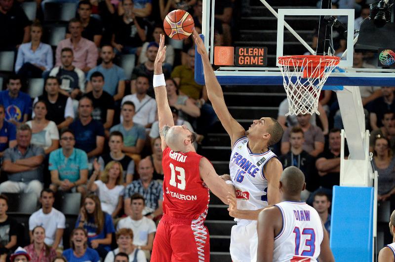 Rudy Gobert Rejects Marcin Gortat's Running Hook Shot in EuroBasket