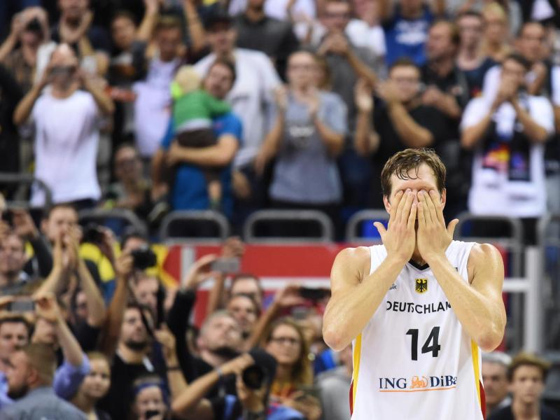 A Tearful Dirk Nowitzki Bids Farewell To A Standing Ovation After Likely Last Game