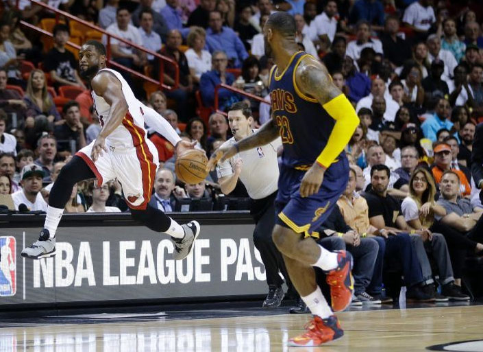 Hc84 Dwyane Wade Dunk Nba Flash Sports: Dwyane Wade With The Great Behind The Back Bounce Pass